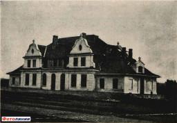 Здание железнодорожной станции в городском поселке Новоельня